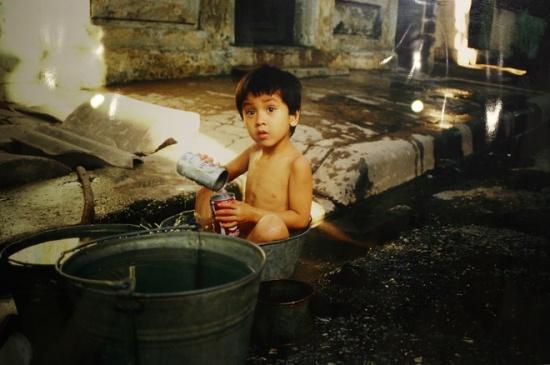 Văn phòng của AFP khi ấy đóng trên phố nhỏ Phùng Khắc Khoan. Đối diện văn phòng là ngôi nhà có 4 đứa con là Phong, Phương, Dương, Mai thường hay chơi đùa. Michel đã ghi lại hình ảnh cậu bé Phong vào một ngày mùa hè năm 1983, trước cửa nhà. Sau này khi trở lại Việt Nam, ông có vài lần hội ngộ Phong - nay đã là một người đàn ông hơn 30 tuổi.