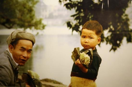 Cha và con bên bờ hồ Hoàn Kiếm. Trong ký ức của nhà báo Pháp, dù không hiểu tiếng nước ngoài nhưng người Việt Nam những năm 80 của thế kỷ 20 vẫn rất thân thiện, dễ gần. Nụ cười là thứ thường trực trên môi mỗi khi họ trông thấy ông giơ máy ảnh lên.