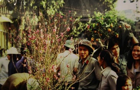 Chợ hoa Tết ở Hà thành. Theo nhà báo Pháp, Tết ở Việt Nam là dịp rất đặc biệt, hoa ở khắp nơi và ra đường thấy sự hân hoan chờ đón năm mới trên gương mặt mỗi người. Có lần, Michel Blanchard được người dân mời đến nhà chơi Tết, ăn mứt, uống trà. Đó là những kỷ niệm đặc biệt với ông.