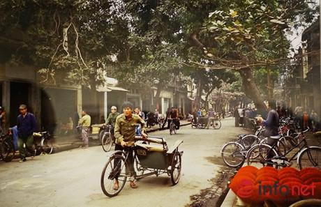 Nghề đạp xích lô cùng những cửa hàng làm hương trên phố Cổ Hà Nội (1984).