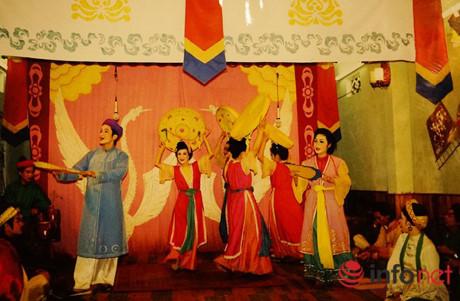 Cảnh múa hát tại một sân khấu nhỏ (1991).