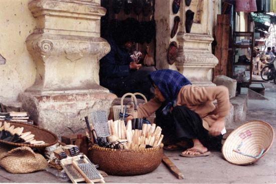 Ônh già chữa giầy và bà bán dao trên đường Lương Văn Can.