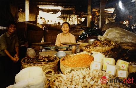 Bán đồ khô chợ Đồng Xuân (1984).