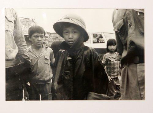 Cậu bé đội mũ cối gần hồ Trúc Bạch (Hà Nội) năm 1984.