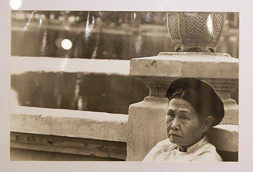 Đào nương ca trù một ngày Tết, trước đền Ngọc Sơn (Hà Nội) năm 1982.
