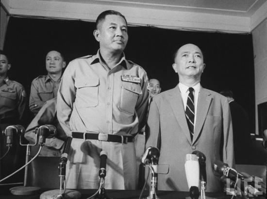 Dương Chó Minh cùng Phó TT Nguyễn Ngọc Thơ trong cuộc họp báo sau ngày đảo chánh.