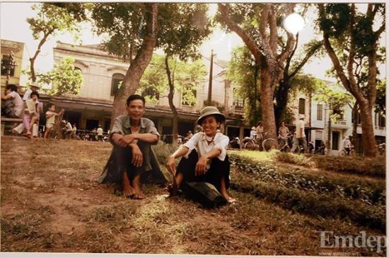 Phút nghỉ ngơi của một cặp vợ chồng bên cạnh Hồ Gươm (Hoàn Kiếm).
