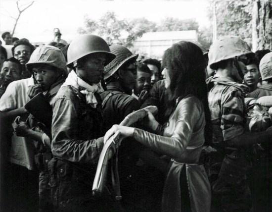 Binh sĩ đảo chánh trên trên đường phố Sài Gòn.