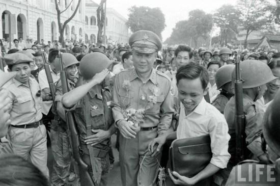 Binh sĩ đảo chánh trên đường phố Sài Gòn.
