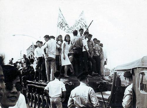 Hoc sinh Jean Jacques Rousseau va Marie Currie tham dự đám tang một sĩ quan bị chết trong cuộc đảo chánh 1-11-1963