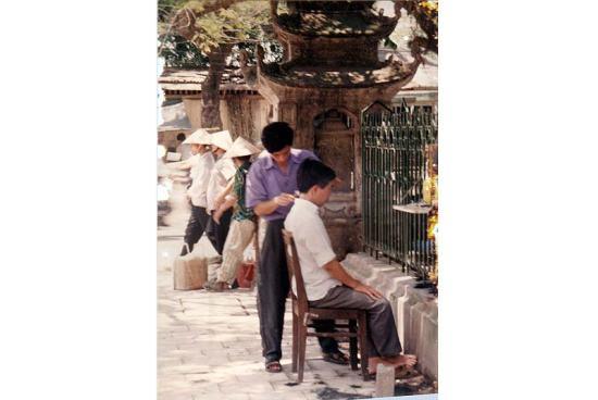 Cắt tóc trước cửa Văn Miếu.