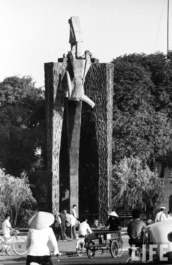 Tượng đài Hai Bà Trưng bị đám đông ủng hộ phe đảo chánh đập phá vì cho là được làm giống hình ảnh Bà Nhu.