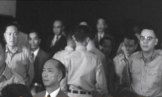 Trần Thiện Khiêm (đeo kính bên tay phải), Trần Văn Đôn (bên tay trái)