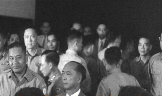 ...trong cuộc họp báo. Nguyễn Hữu Có đứng giữa Dương Văn Minh và Nguyễn Ngọc Thơ.