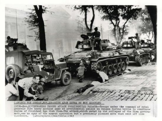 Đảo chánh 1-11-1963, binh sĩ phe đảo chánh đang nả đại liên vào Dinh Gia Long, nơi tạm thời là dinh Tổng Thống vì Dinh Độc Lập đã hư hỏng nặng sau vụ đảo chánh hụt 1962.