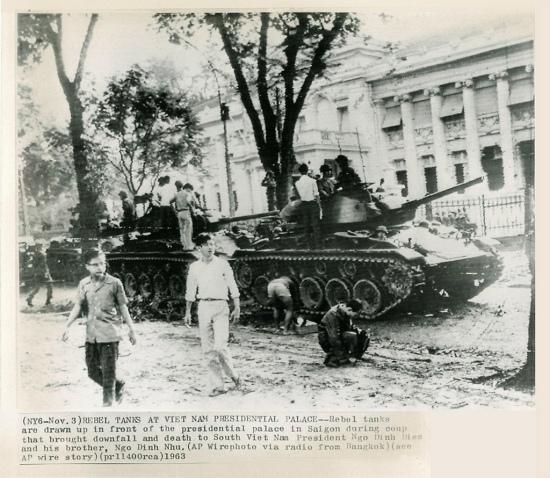 3-11-1963 Xe tăng quân nổi loạn dàn trận trước dinh Tổng Thống tại Sài Gòn trong cuộc đảo chánh dẫn đế sự sụp đổ và cái chết của Tổng Thống Nam VN Ngô Đình Diệm và người em, ông Ngô Đình Nhu.
