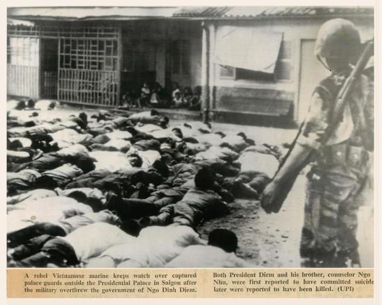 Binh sĩ quân đảo chánh canh chừng tù binh Lữ Đoàn Phòng Vệ phủ Tổng Thống.