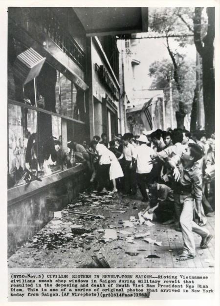 Dân Sài Gòn đập phá các cửa hàng trên đường phố sau cuộc đảo chánh. (AP Wirephoto)