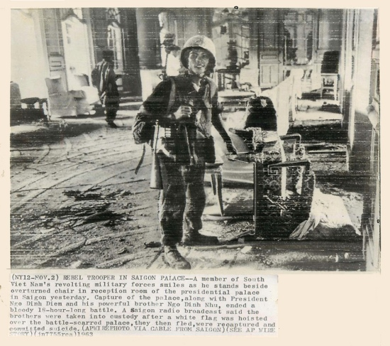 Quân lính phản loạn trong Dinh Gia Long. (AP wire photo)