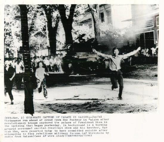Sài Gòn, 2-11-1963 -  Những người Việt reo mừng cách mạng chạy dẫn đầu đám đông dọc đường Pasteur SG sau khi quân đảo chánh chiếm được dinh Gia Long của Tổng thống Diệm trong cuộc nổi dậy khởi đầu ngày hôm qua (AP Wirephoto).