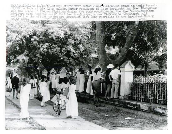 10-11-1963 - Sài Gòn, Nam VN - Những người Việt hiếu kỳ leo trèo dòm ngó trước Dinh Gia Long, nơi cư ngụ của cố TT Ngô Đình Diệm,  (Ảnh thông tấn xã UPI)