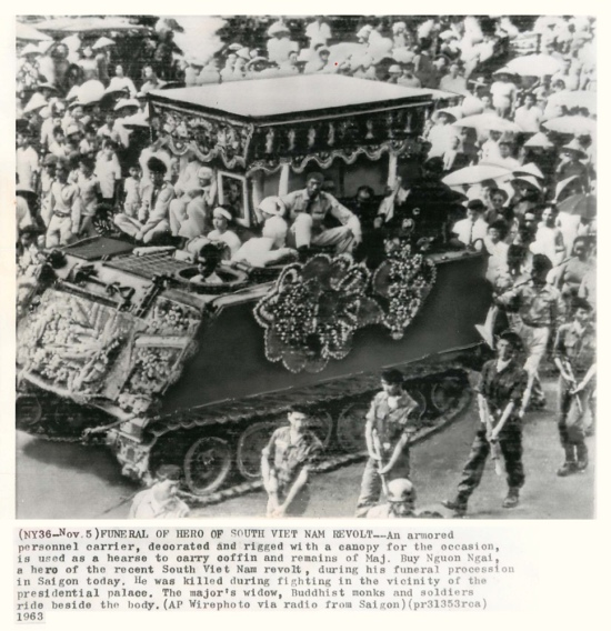Đám tang Đại Úy Bùi Ngươn Ngãi chỉ huy trưởng Chi đoàn 1/1 Chiến Xa M24, bị tử thương khi giao tranh gần dinh Tổng Thống. (AP Wirephoto)