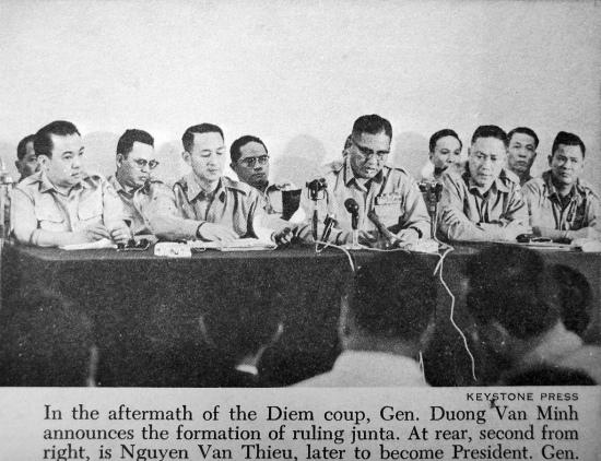 Đảo chánh 1963 - hội đồng quân nhân cách mạng đại tá Nguyễn Văn Thiệu ngồi hàng sau, thứ 4 từ bên phải.