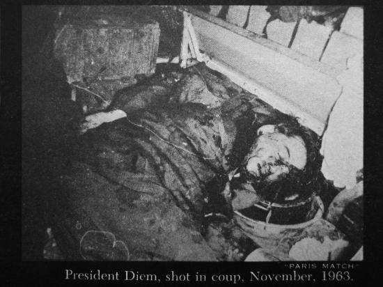 Đảo chánh 1-11-1963 - TT Ngô Đình Diệm trong hầm xe thiết vận xa M113, hai tay bị trói quặt sau lưng.