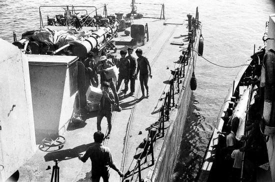 Chúng tôi gắn bó với hai chiếc tàu này trong chuyến hải trình hơn hai mươi ngày đêm, đến 11 đảo trong quần đảo Trường Sa. (NVT) Trong hai ảnh trên bác Thái chụp tàu HQ-861. Có thể các lãnh đạo cao cấp đã đi trên con tàu này còn bác Thái đi trên một con tàu khác nhỏ hơn. Tàu HQ-861 là tàu quét mìn project 1265E có trọng tải hơn 400 tấn được sản xuất ở Liên xô và nhận từ năm 1985. Trong hơn 20 ngày thăm Trường Sa, đoàn ghé thăm 11 đảo: Đá Lát, Đá Đông, Núi Le, Tốc Tan, Tiên Nữ, Trường Sa Lớn, Phan Vinh, Thuyền Chài, Trường sa Đông … Dịp đó trời yên biển lặng, mặt biển mênh mông xanh ngắt. Ở đảo Thuyền Chài, khách được lính đảo dẫn đi lặn ngắm san hô. Những đàn cá nhiều màu sắc tung tăng bơi lội giữa rừng san hô đủ các kiểu dáng như ở chốn thần tiên khiến họ choáng ngợp. Trường Sa đẹp vô cùng. Buổi tối, ngắm ánh trăng lung linh soi bóng xuống mặt biển, cảm giác thật êm đềm. Nhưng cũng có lúc không khí trở nên căng thẳng, đó là lần hai tàu chiến nước ngoài theo kèm, chạy cắt chéo đường chạy của tàu ta…Sau hơn 250 hải lý, điểm đầu tiên chúng tôi đến là Đảo Đá Lát. (NVT)