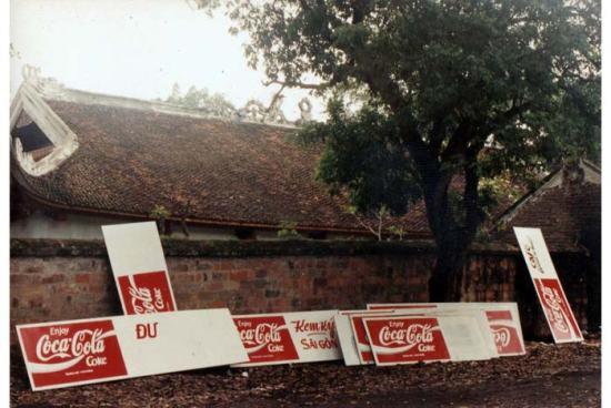 Coca Cola bước chân vào lại thị trường Việt Nam. Nơi kẻ biển hiệu sau lưng Văn Miếu Quốc Tử Giám.