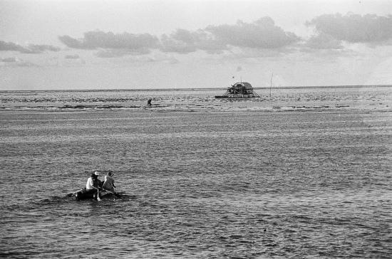 """Cũng trong năm 1989 ở đảo Đá Đông, Trung tá, Chính trị viên Tiểu đoàn 3 Hoàng Văn Thạo và đồng đội đã chứng kiến cơn bão kinh hoàng nhất trong đời binh nghiệp. Bão và triều cường dồn dập ập đến. Mọi người khuân đá san hô vào các ngăn của pôngtông để đánh chìm nó xuống bãi san hô gần mép đảo. Nhưng giữa cơn cuồng phong của đại dương, pôngtông mỏng manh như một hạt nước mưa. Anh em đứng trên nhà lâu bền (thế hệ đầu) lo lắng nhìn pôngtông vật lộn giữa mù mịt sóng nước. Chỉ huy đảo gọi qua điện tín: Anh em cố gắng bảo nhau chống chọi đến cùng, đoàn kết giữ vững niềm tin. Đáp lại là giọng của trưởng pôngtông rất điềm tĩnh và dứt khoát: """"Anh em trên đảo cứ yên tâm, còn pôngtông là còn đảo. Kể cả trôi ra biển chúng tôi cũng quyết giữ pôngtông!"""". Khi pôngtông trôi cách đảo 50m thì anh em trên pôngtông không bắt được sóng nữa. Gió bão và sóng bão cắt đứt đường truyền tín hiệu. Một đợt sóng dữ cùng với gió đẩy pôngtông trôi ra tận mép xanh (cách đảo 150m). Pôngtông cứ mờ mờ ảo ảo trôi xa dần, xa dần, cho đến lúc anh em trong đảo không thể nhìn thấy cả cái hình ảnh mờ ảo ấy được nữa. Giữa những phút giây chết chóc, căng thẳng và ảm đạm đó, ngoài biển vang lên tiếng súng AK bắn chào vĩnh biệt! Trong đảo lặng đi... Gần ba tiếng sau bão tan. Cả đảo rưng rưng nhìn ra phía biển xa rồi ánh mắt rực lên niềm sung sướng ngỡ ngàng... Pôngtông vẫn bập bềnh giữa nền trời và biển. Gần 180 phút căng thẳng tột độ và vật lộn với sóng, gió, bão, khoảnh khắc mà mọi người cứ ngỡ hãy sống những giây phút cuối vì Tổ quốc thì đột ngột triều cường rút. Gió nhẹ. Sóng dịu. Bão tan! Trên nhà lâu bền, anh em chạy túa ra reo hò, ôm nhau bật khóc."""