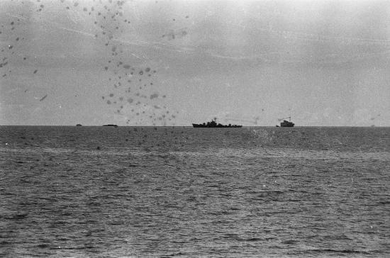 """Ảnh trên bác Thái chú thích là """"Hai chiếc tàu chiến của Hải quân Trung Quốc triển khai đội hình kẹp tàu chúng tôi vào giữa. """" Theo Vaputin bác Thái đã nhầm lẫn trong chú thích này. Từ trái qua phải trong ảnh là nhà cao cẳng của đảo Đá Lát, pông tông, một chiếc Petya và xác tàu Tuscany. HQ TQ không có Petya nên chiếc Petya này chỉ có thể là của HQ VN. Chiếc Petya này có thể là HQ-11 vì HQ-11 cũng xuất bến cuối tháng 4. Chiếc này đã có thễ đã được lệnh tuần tra khu vực Đá Lát và Đá Tây vài ngày trước khi phái đoàn ra đảo nhằm bảo vệ cho các sĩ quan cao cấp của Việt Nam. Sau đó HQ-11 đã đi thẳng ra Đá Lớn để bảo vệ Đảo này trong nhiều tháng trời. Ở Đá Lớn ngày 10/7/1988 HQ-11 đã cứu sống ba sĩ quan Mỹ khi máy bay họ bị rơi."""