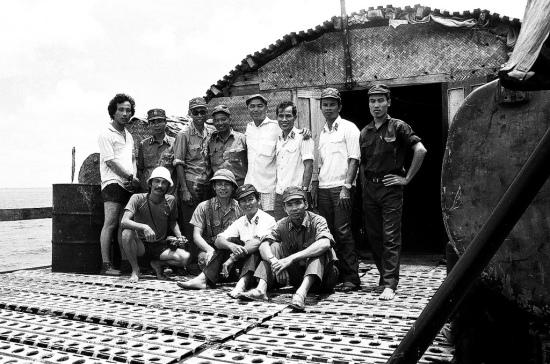 Chụp ảnh lưu niệm tại Đá Lát nào. Ngày 4 tháng 2 năm 1988, Thường vụ Đảng ủy Quân chủng HQ họp nhận định: Nước ngoài đã cho quân đóng trên đảo Chữ Thập, trước mắt ta chưa đóng xen kẽ vì họ ngăn chặn ta từ xa. Họ có thể mở rộng phạm vi chiếm đóng sang các đảo Châu Viên, Đá Đông, Đá Nam, Tốc Tan và đóng xen kẽ những bãi đá ta đang đóng giữ. Do đó, ta phải nhanh chóng đưa lực lượng ra đóng giữ Đá Lát, Đá Lớn, Châu Viên. Thực hiện Nghị quyết của Thường vụ Đảng ủy Quân chủng, Tư lệnh Hải quân điện cho biên đội tàu 611 và 712 đang neo đậu ở đảo Trường Sa Đông đưa lực lượng công binh và bộ đội của Lữ đoàn 146 đến đảo Đá Lát. Dưới sự chỉ huy của đồng chí Công Phán, bộ đội phân chia lực lượng thành 3 tổ chiến đấu canh gác; đồng thời tổ chức lực lượng làm nhà cấp 3. Đến ngày 20 tháng 2, lực lượng công binh được sự hỗ trợ của lực lượng đóng giữ đảo hoàn thành nhà và bàn giao cho lực lượng bảo vệ đảo.