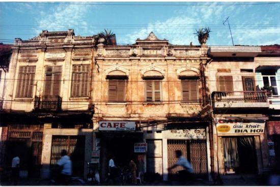 Nhà cũ và quán cà phê ở phố Bạch Mai