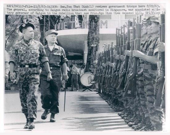 SAIGON (2/11/1963): Tướng Tôn Thất Đính (bên trái) duyệt đội quân chánh phủ tại đây hôm 29/8/1963. Theo đài phát thanh Saigon nghe được tại Singapore, vị tướng này đã được bổ nhiệm làm tổng trấn Saigon trong cuộc phản loạn lật đổ TT Ngô Đình Diệm vào ngày 1/11. (ảnh lưu trữ của UPI)