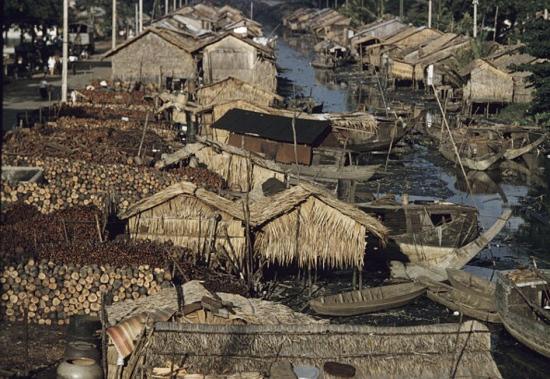Khu ổ chuột bên kênh Hàng Bàng ở Chợ Lớn năm 1961.