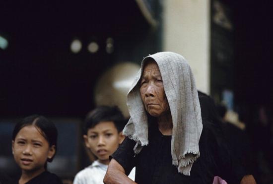 Cụ bà và những đứa trẻ người Hoa.