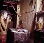 Nam diễn viên kinh kịch người Hoa đang vẽ mặt trước khi biểu diễn ở Chợ Lớn.