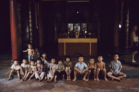 Những đứa trẻ tụ tập trong một hội quán người Hoa.