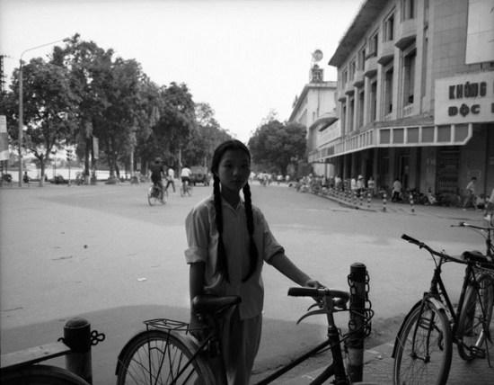 Thiếu nữ và chiếc xe đạp ở Bờ hồ Hà Nội. Hình ảnh được đăng tải trên website của hãng thông tấn Magnum, Anh.
