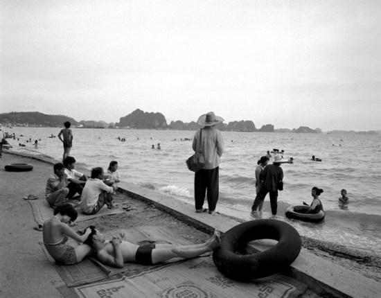 Du khách thư giãn bên bãi biển Hạ Long.