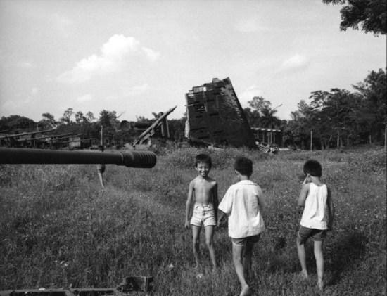 Trẻ em chơi đùa trong công viên Lê nin, Hà Nội.