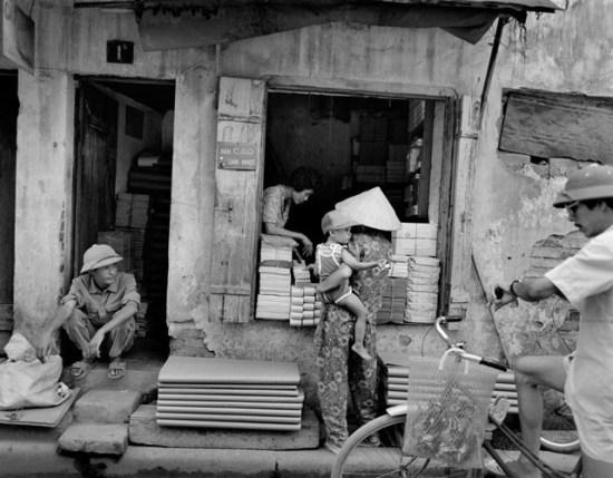 Cửa hàng bán giấy đầu phố Lương Văn Can, Hà Nội.