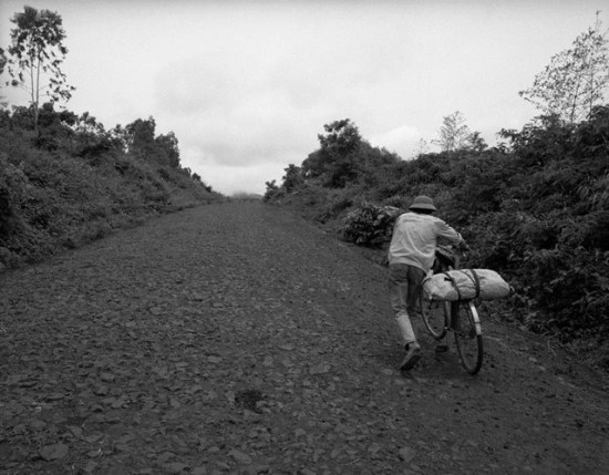Người dân thồ hàng bằng xe đạp gần Khe Sanh, Quảng Trị.