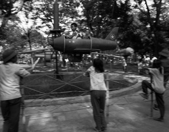 Trẻ em chơi đu quay trong công viên Lê nin ở Hà Nội.