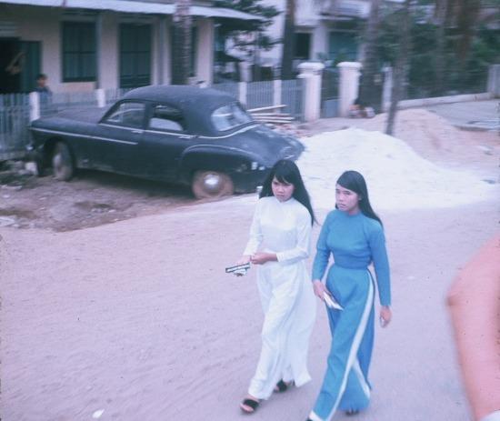 Thiếu nữ áo dài trên phố.