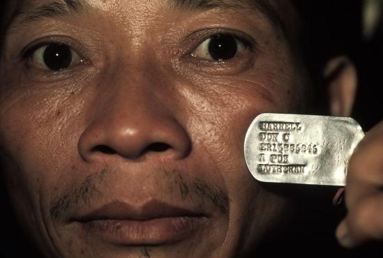 Ông Lê Văn Cừ giữ bảng tên của lính Mỹ Don C. Harrell, người đã thiệt mạng trên chiếc máy bay trực thăng bị ông bắn rơi tại làng An Phú, Củ Chi. Ông Cừ - bí danh Sáu Cừ - là một cựu chiến binh của Mặt trận Dân tộc Giải phóng Miền Nam, người đã bắn rơi 8 máy bay Mỹ trong cuộc chiến tranh Việt Nam.