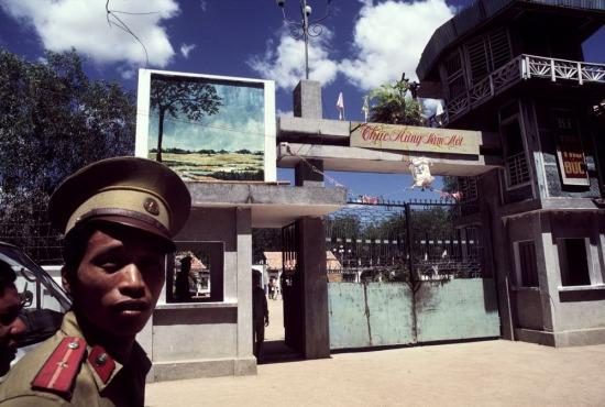 Bên ngoài Trại cải tạo Z30D, huyện Hàm Tân, tỉnh Thuận Hải (nay là tỉnh Bình Thuận). Sau 1975, khoảng 2.000 cựu viên chức, quân nhân của chế độ cũ được cải tạo tại đây. Đến năm 1988, phần lớn trong số đó đã ra khỏi trại.