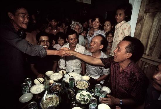 """Mới ra khỏi trại cải tạo, ông Lý Tòng Bá (phải) - viên tướng cũ nổi tiếng của quân lực Sài Gòn - đã gặp gỡ các cựu chiến binh Giải phóng tại một ngôi làng gần Củ Chi. Đây là chiến trường ác liệt năm xưa, nơi ông Bá đã chỉ huy lực lượng thiết giáp đối đầu với các du kích Giải phóng. """"Chúng tôi đã lầm đường lạc lối vì ngoại quốc. Giờ đây chúng ta đều là anh em một nhà"""", ông Bá nói."""