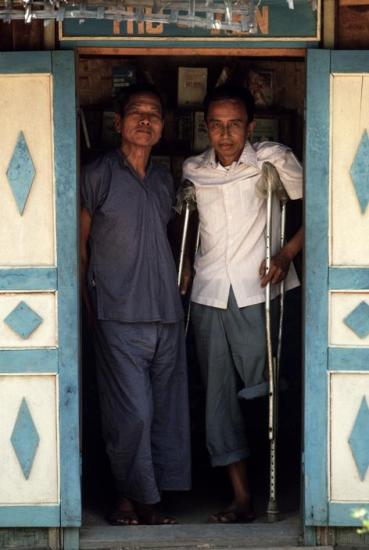 Hai trong số các trại viên còn lại tại trại cải tạo Thủ Đức đứng ở ngưỡng cửa của thư viện trại. Cả hai đều là lãnh đạo cao cấp trong ngành an ninh của chế độ Sài Gòn trước 1975.